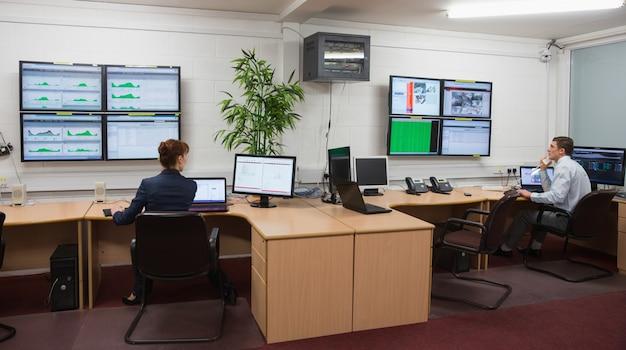 Techniker, die in laufenden diagnosen des büros sitzen