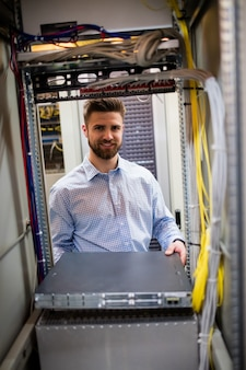 Techniker entfernt server vom rack-server