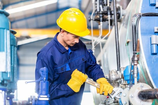 Techniker in der fabrik bei der maschinenwartung