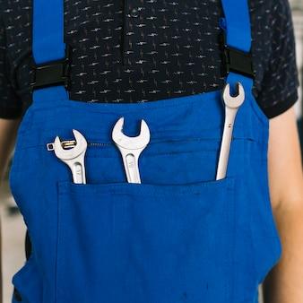 Techniker in uniform mit schlüsseln