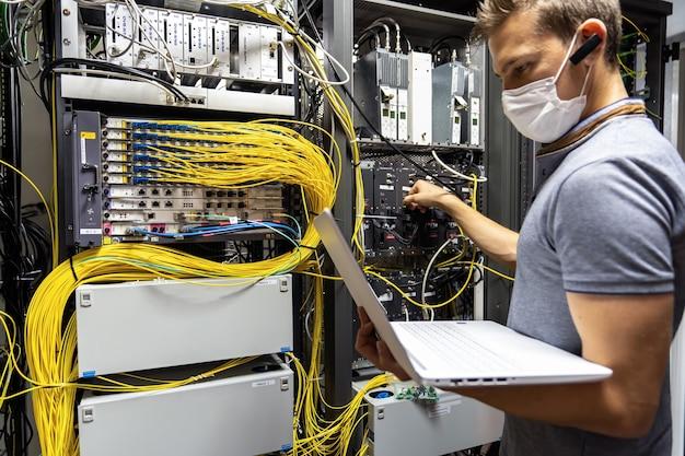 Techniker ingenieur behebt problem mit servern und daten im kabelraum