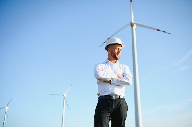 Techniker ingenieur in windkraftanlagen-kraftwerksstation