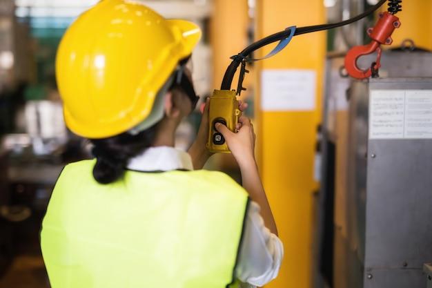 Techniker ingenieur schalter zum heben des krans