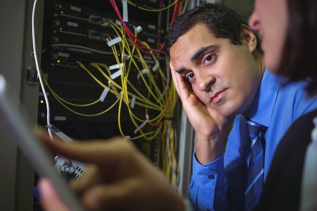 Techniker langweilen sich beim analysieren des servers