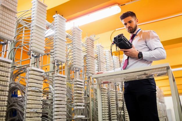 Techniker mit digitalem kabelanalysator