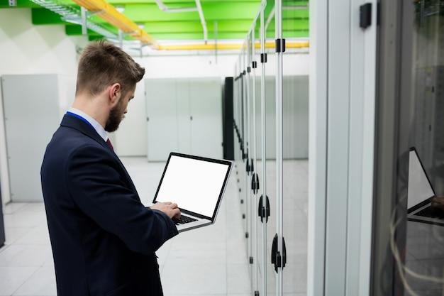 Techniker mit laptop