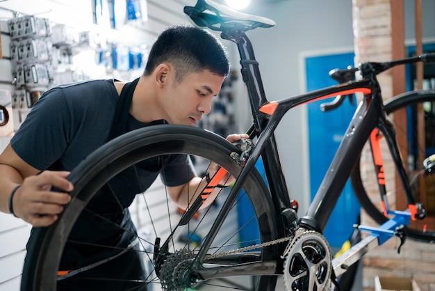 Techniker reparieren fahrräder am geschäft verkauft