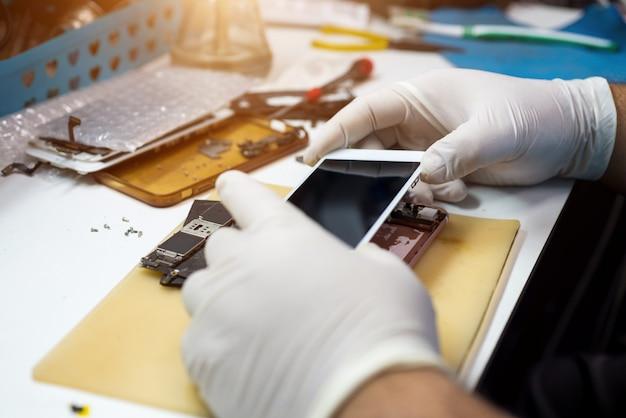 Techniker reparieren mobiltelefone