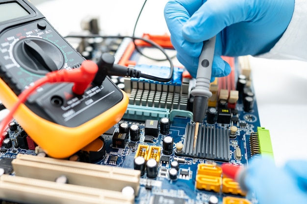 Techniker repariert das innere der festplatte durch lötkolben.