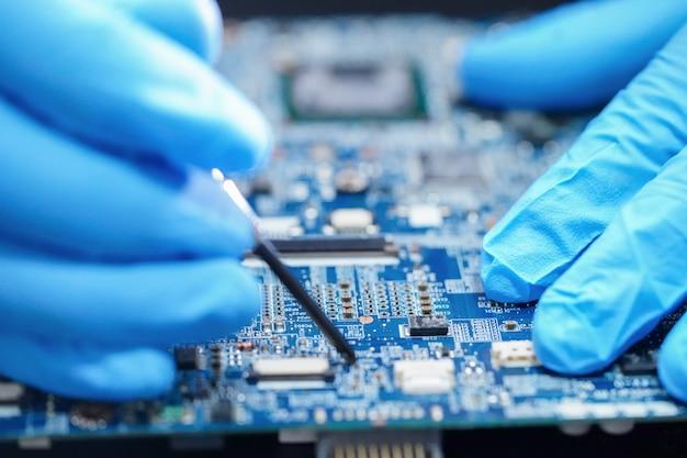 Techniker repariert mikroelektronik-hauptplatine computerelektronik: hardware, mobiltelefon, upgrade, reinigungskonzept