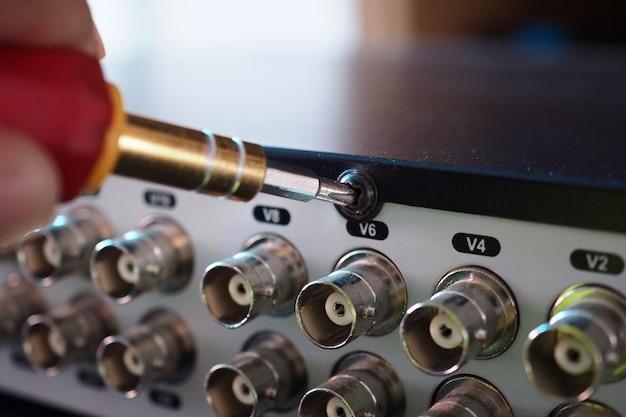 Techniker repariert videoausrüstung von cctv dvr (digital video recorder)