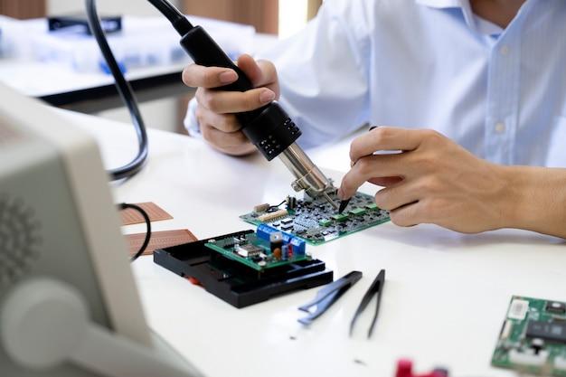 Techniker überprüft das elektronische gerät.