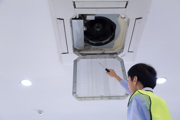 Techniker überprüft klimaanlage.