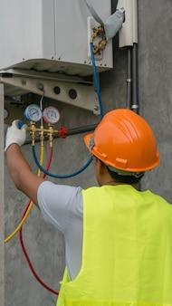 Techniker überprüft klimaanlage