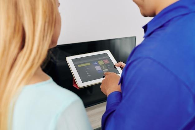Techniker zeigt smart home app