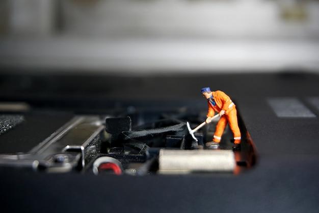 Technikerarbeitskraftabbildung, die auf einem alten usb-blitz-antrieb steht. it-support-konzept.