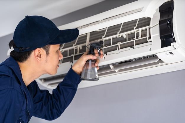 Technikerdienst, der die klimaanlage säubert