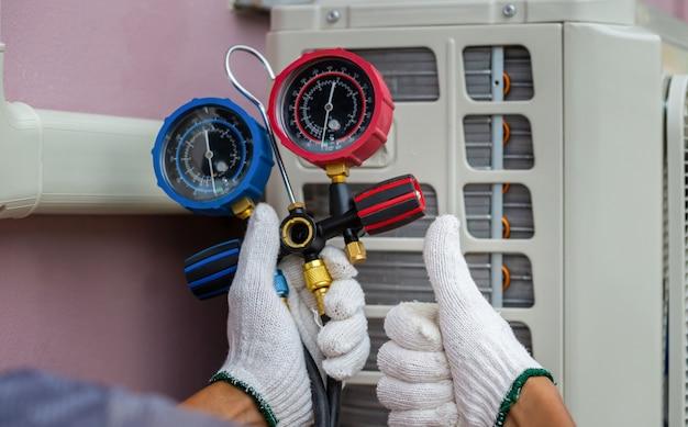 Technikermann, der daumen hochgibt, mechaniker repariert klimaanlage