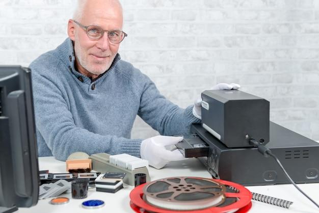 Technikermann mit vhs-kassette für digitalisierung