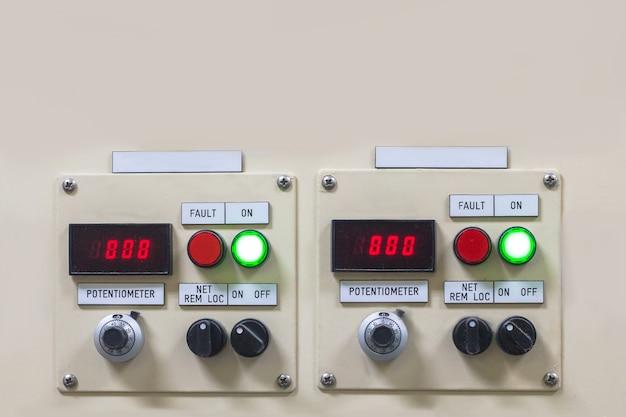 Technische anzeige auf dem bedienfeld mit dem schrank der elektrischen ausrüstung, licht
