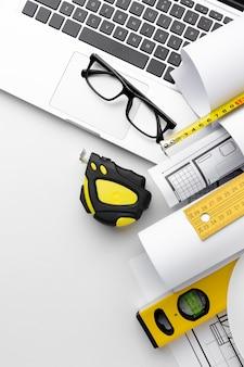 Technische planzeichnung und laptop