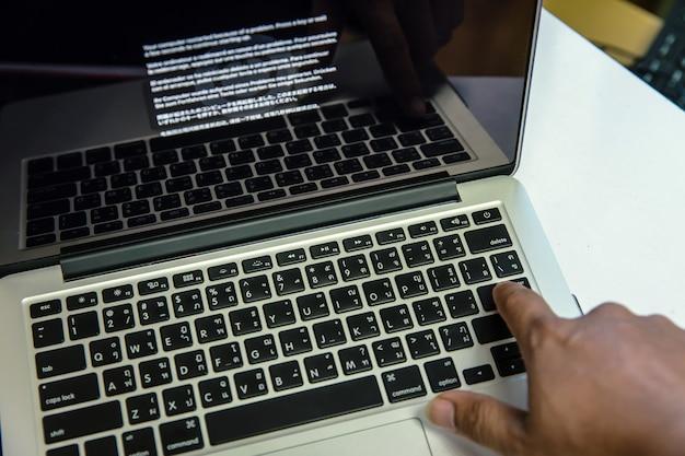 Technische probleme am computer, die systemfehler auf dem bildschirm anzeigen