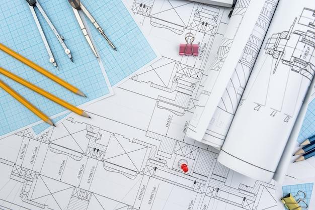 Technische zeichnung, millimeterpapier und werkzeuge. ingenieurbüro-team, das mit blaupausen arbeitet.