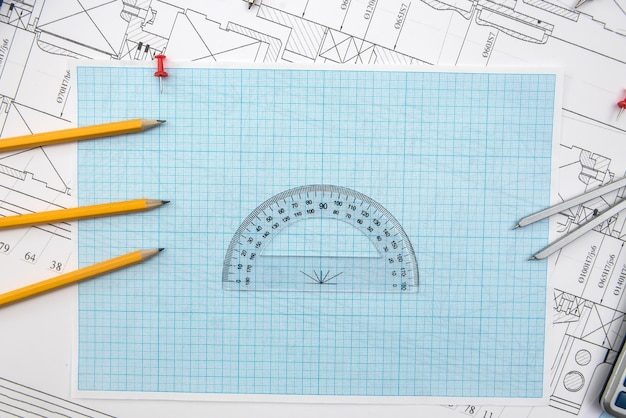 Technische zeichnung, millimeterpapier und werkzeuge