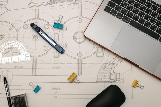 Technische zeichnungen, winkelmesser, notizbuch, hausarbeit oder diplomprojekt. angewandte mechanik