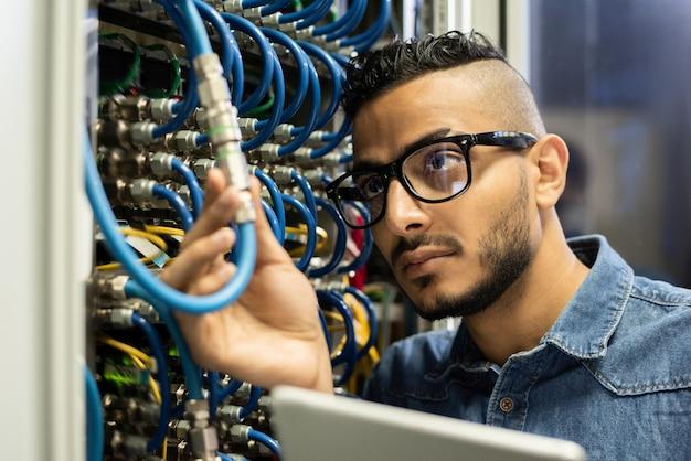 Technischer ingenieur, der den großrechner untersucht