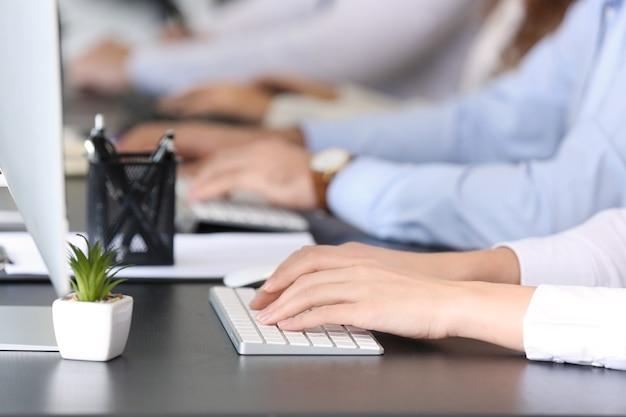 Technischer support-mitarbeiter im büro, nahaufnahme