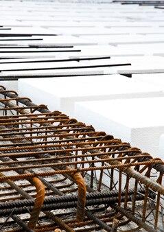 Technisches detail des gebäudebetriebs: stockwerk. materialien: styropor, stahlstangen, beton
