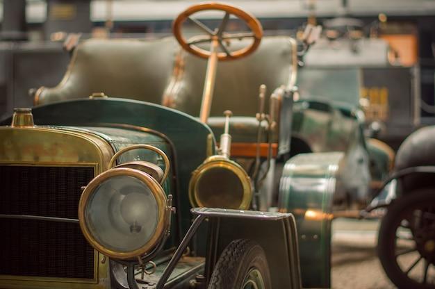 Technisches museum. vorderansicht des alten retro- autos über die scheinwerfer und den grill.