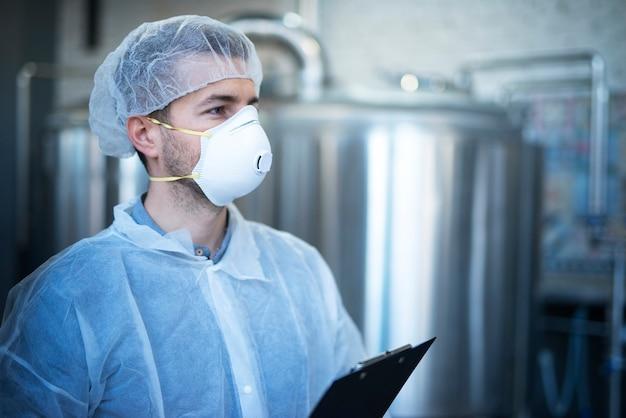 Technologe, der in einer lebensmittelverarbeitungsfabrik für die medizinische produktion arbeitet und qualität und vertrieb überprüft