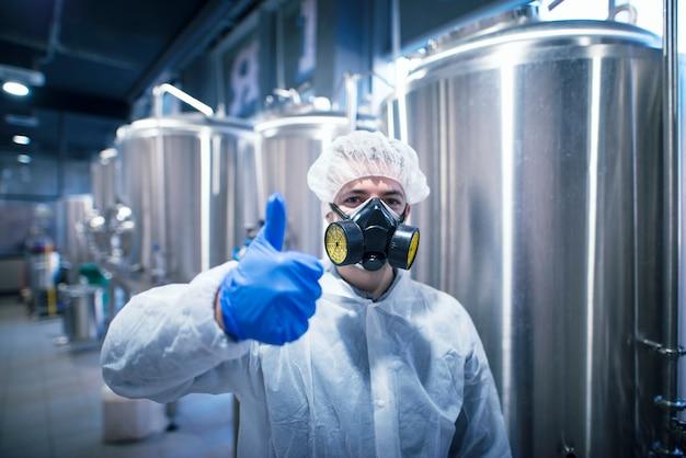 Technologe spezialist für weißen schutzanzug mit gasmaske zur sicherheit bei der arbeit