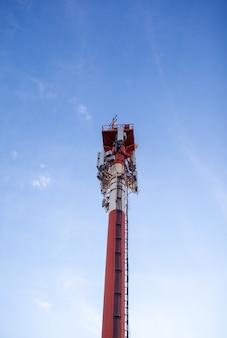 Technologie auf der spitze des telekommunikationsmastes gsm 5g, 4g, 3g. mobilfunkantennen auf einem gebäudedach. telekommunikationsmast-fernsehantennen. empfangs- und sendestationen