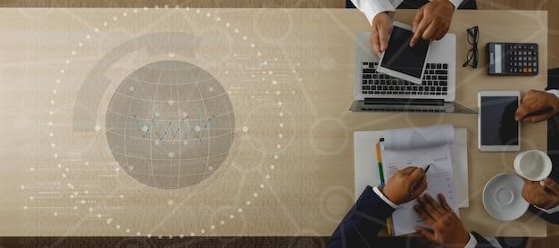 Technologie digitales marketing geschäftsmann innovation technologiestrategie auf laptop-computer laptop