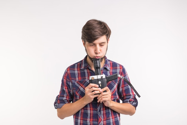 Technologie, fotografie und personenkonzept - hübscher mann im karierten hemd, der ein foto auf weinlese macht