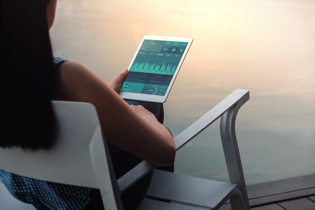 Technologie im finanz- und geschäftsmarketing-konzept. grafiken und diagramme werden auf dem touchpad-bildschirm angezeigt