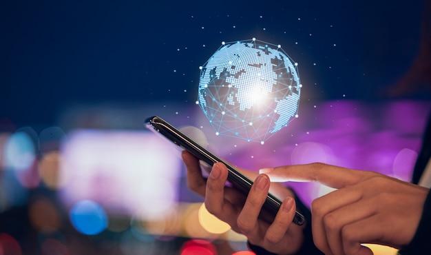 Technologie iot (internet von sachen), hand, die telefon mit globalem netzwerk des modernen kreises hält