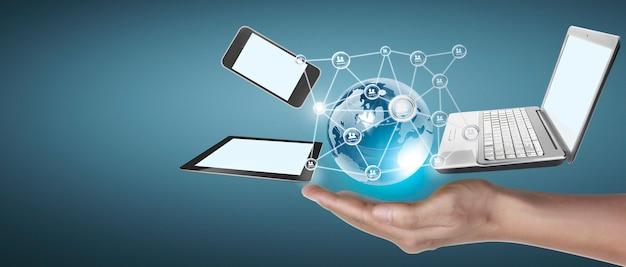 Technologie-tech-geräte, die in den händen miteinander verbunden sind