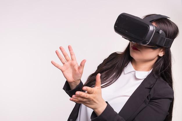 Technologie- und personenkonzept - brünette junge frau posiert entzückt in vr-brille.