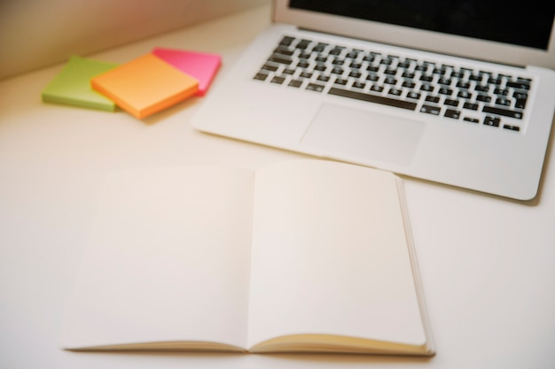 Technologie- und schreibtischkonzept mit buch
