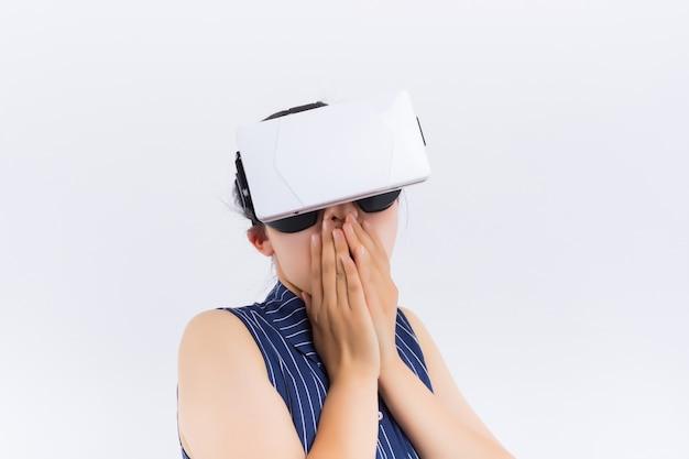 Technologie, virtuelle realität, unterhaltung und leutekonzept - glückliche junge frau mit kopfhörer der virtuellen realität oder gläsern 3d und kopfhörern