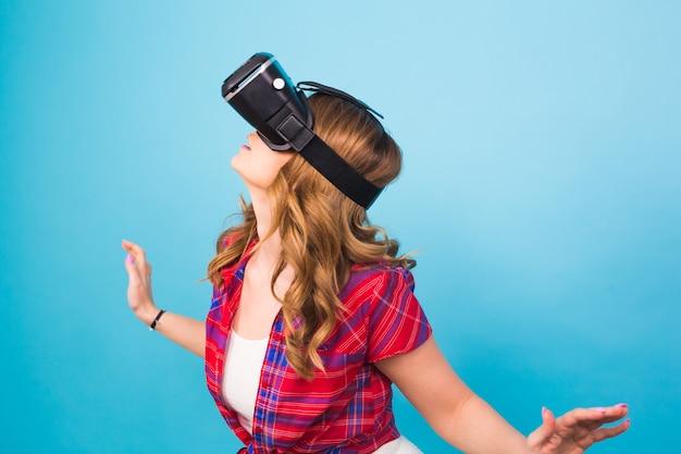 Technologie, virtuelle realität, unterhaltung und menschenkonzept - glückliche junge frau mit virtual-reality-headset.