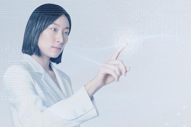 Technologiegeschäftsinnovationshintergrund mit frau, die auf virtuellen bildschirm remixed media tipptmix
