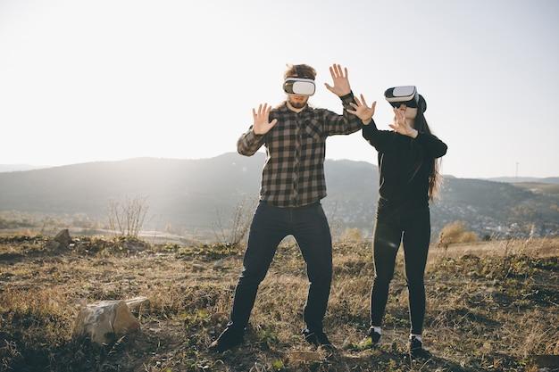 Technologiekonzept der innovation vr 360, zwei leute in der kastenglas-gerättechnologie der virtuellen realität auf straße
