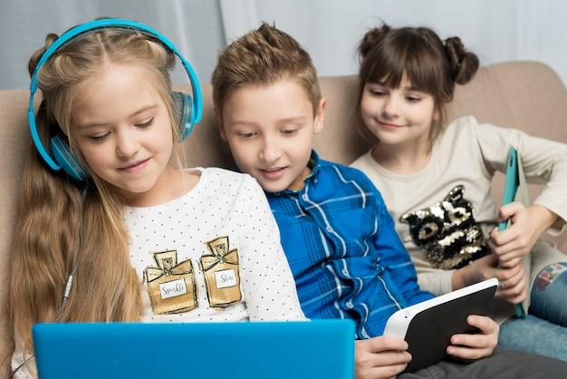 Technologiekonzept mit drei kindern