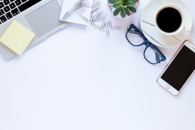 Technologien in der nähe von gläsern und kaffee