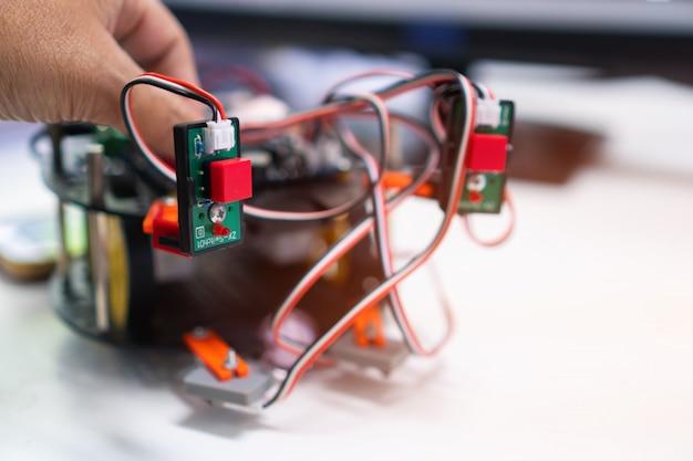Technologierobotikprojekt für stem education, diy-elektronikbausatzroboter wettbewerb zur verfolgung elektronischer leiterplatten